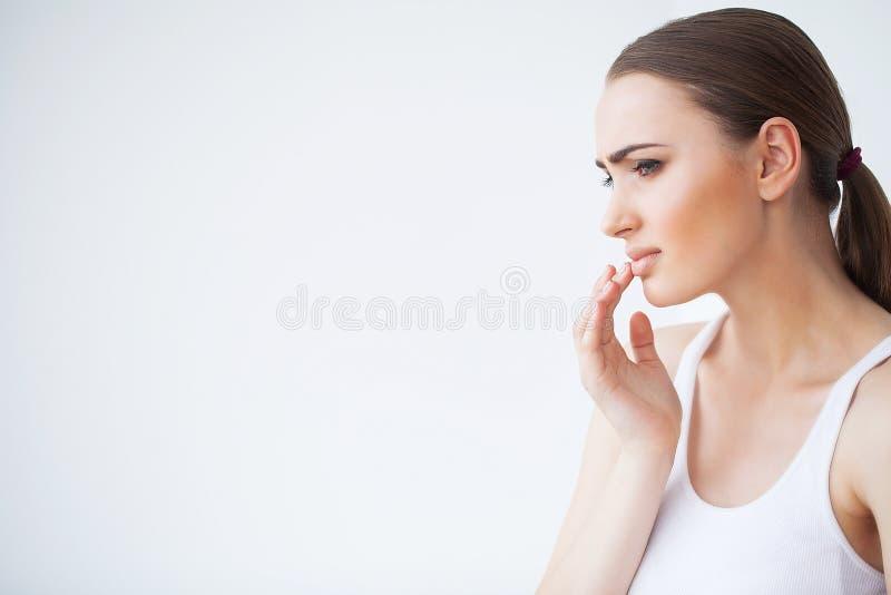 Dor de dente Dor de dente do sentimento da mulher Close up de G triste bonito imagem de stock