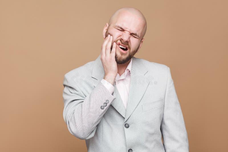 Dor de dentes o retrato do meio envelheceu o homem de negócios farpado calvo dentro fotos de stock