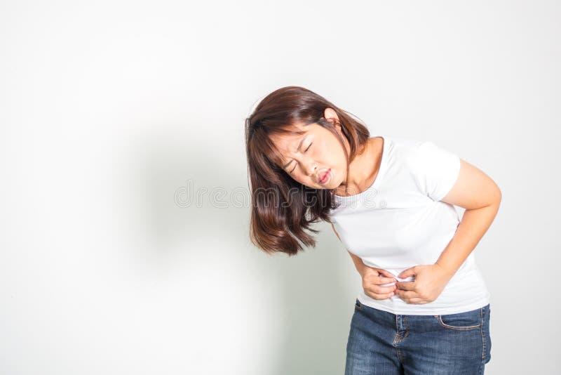Dor de estômago asiática da mulher adulta Mão que guarda a barriga Retrato em w foto de stock royalty free