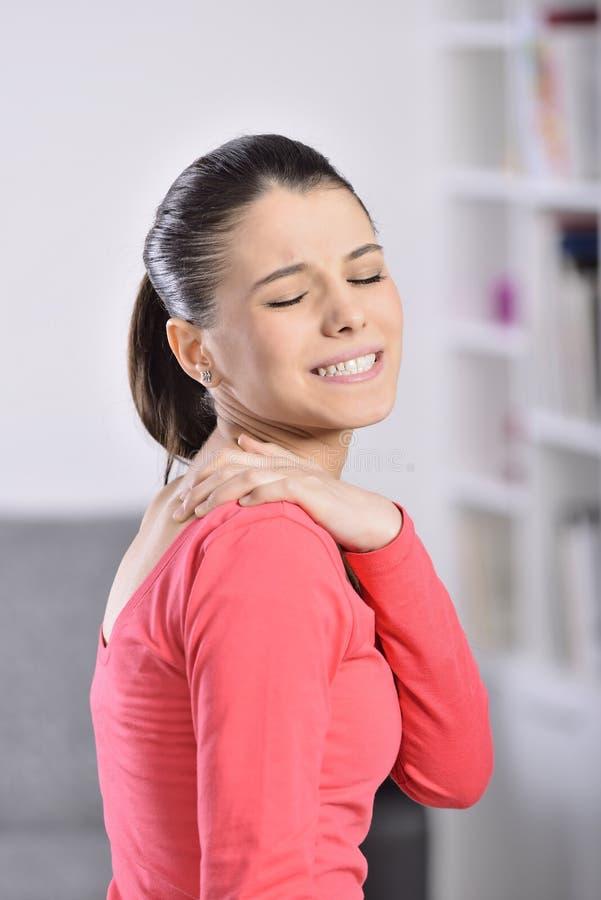 Dor de pescoço da mulher fotografia de stock