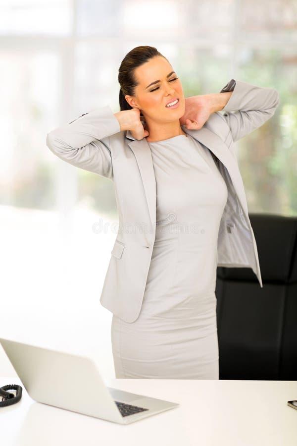 Dor de pescoço da mulher de negócios fotografia de stock royalty free