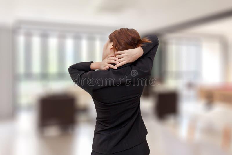 Dor de pescoço da mulher de negócios ao estar no escritório - syndro do escritório imagens de stock royalty free