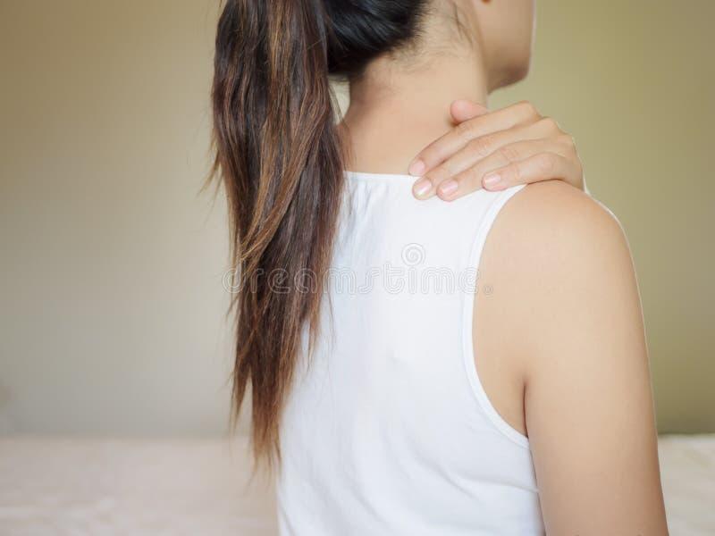 Dor de pescoço de sofrimento do ombro da mulher asiática bonita fotos de stock royalty free