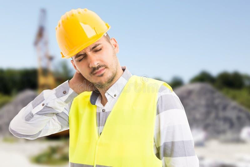 Dor de sofrimento do scruff do construtor ou do construtor fotos de stock royalty free