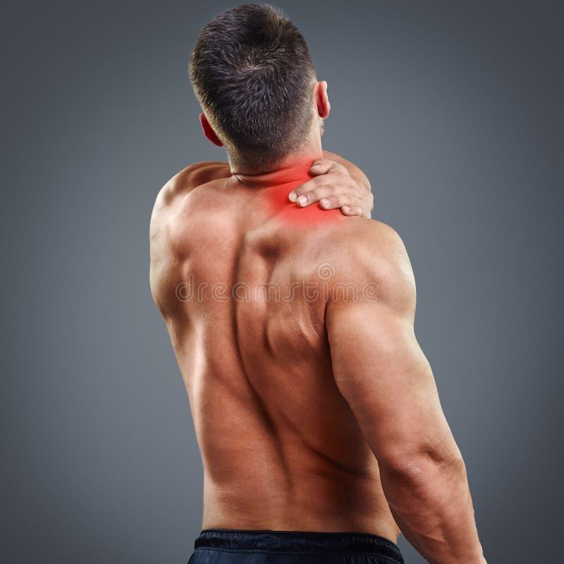 Dor do homem do músculo de Ahtletic fotografia de stock royalty free
