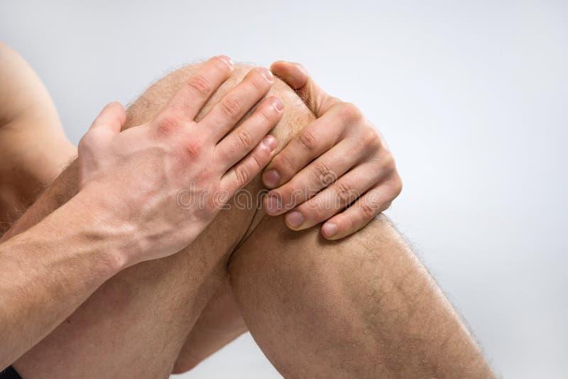 Dor do joelho. fotos de stock