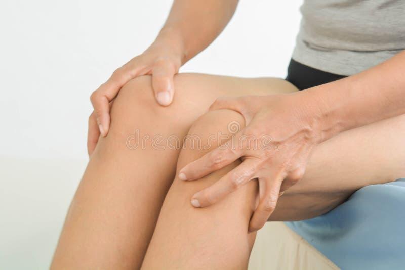 Dor do joelho nas mulheres adultas foto de stock