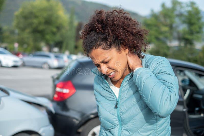 A dor do pescoço do sentimento da mulher após carros maus empilha acima fotos de stock royalty free