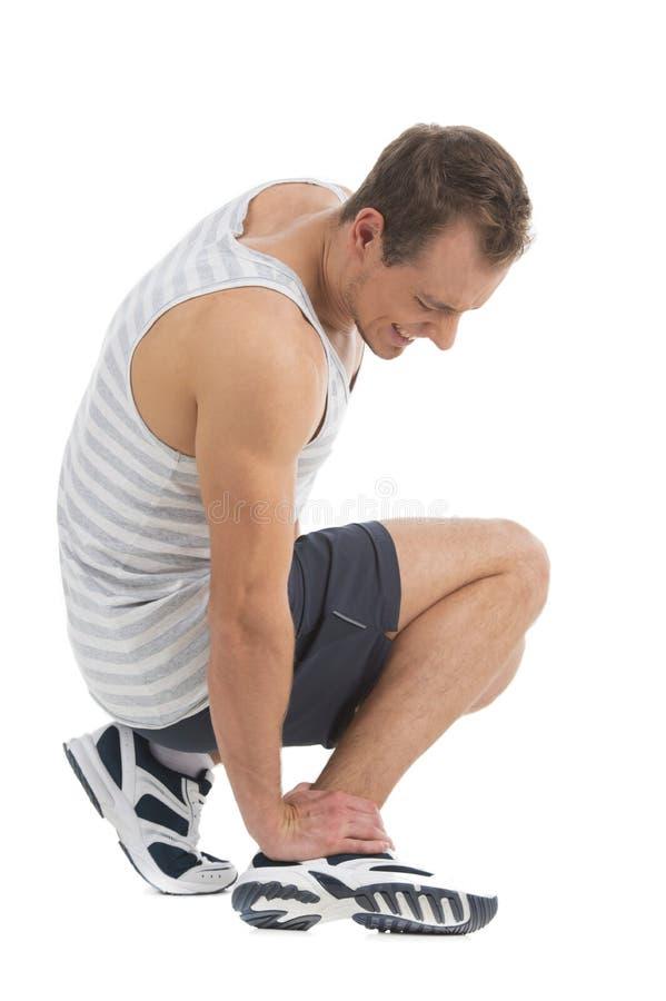 Dor do sentimento do desportista em seu pé. fotos de stock