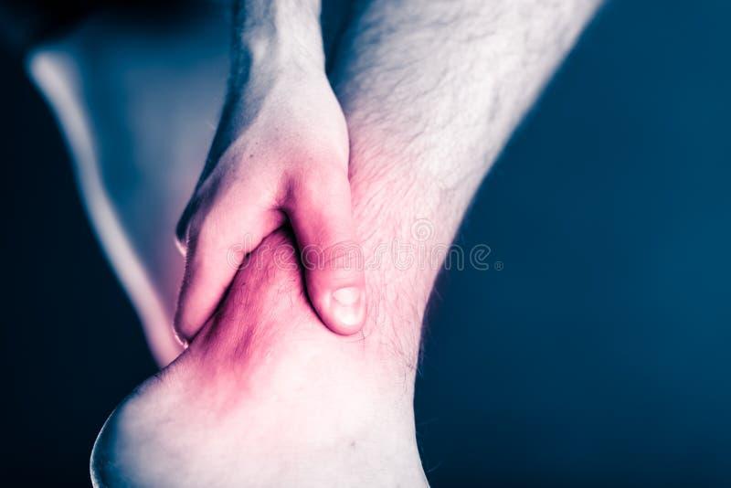 Dor do tornozelo, pé doloroso de ferimento físico fotografia de stock royalty free