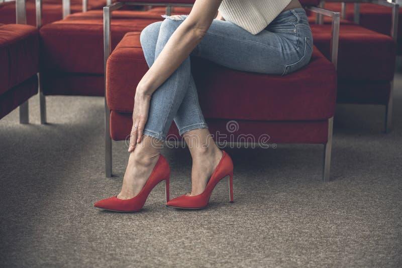 Dor fêmea do sentimento no pé fotos de stock