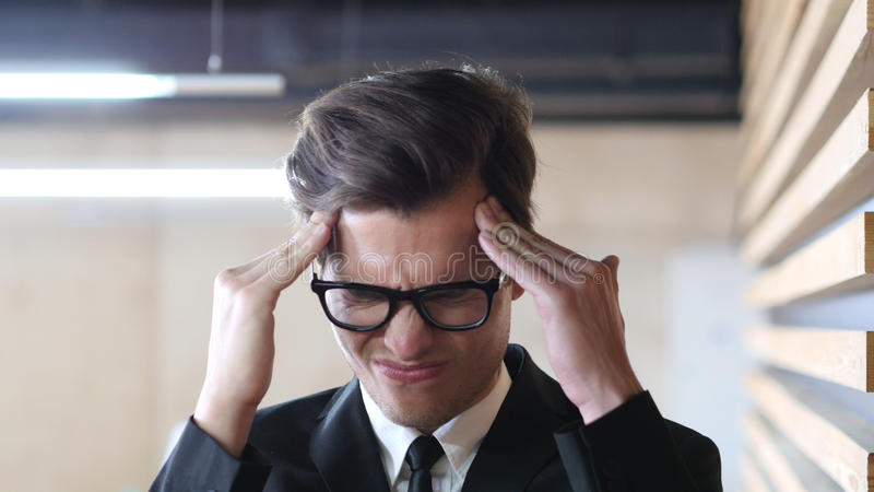 Dor na cabeça, na dor de cabeça, na frustração e na tensão para o homem fotos de stock royalty free