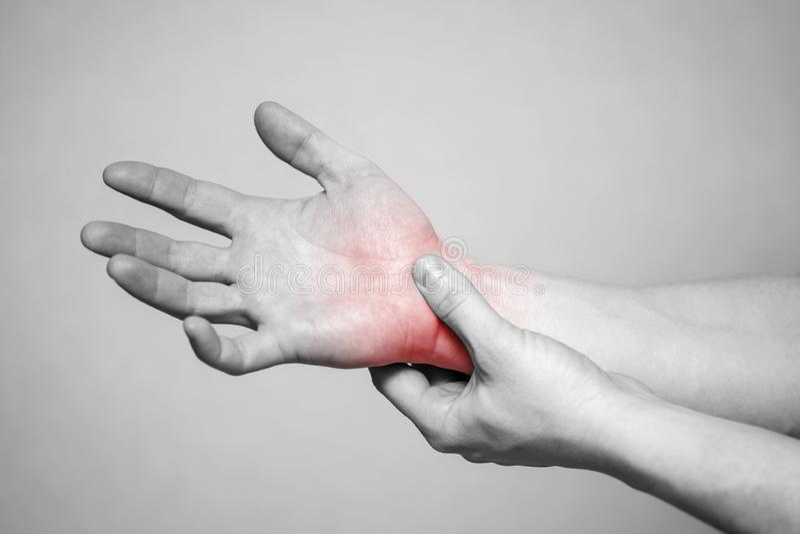 Dor nas junções das mãos Síndrome do canal cárpico Ferimento de mão, dor de sentimento Cuidados médicos e conceito médico imagem de stock