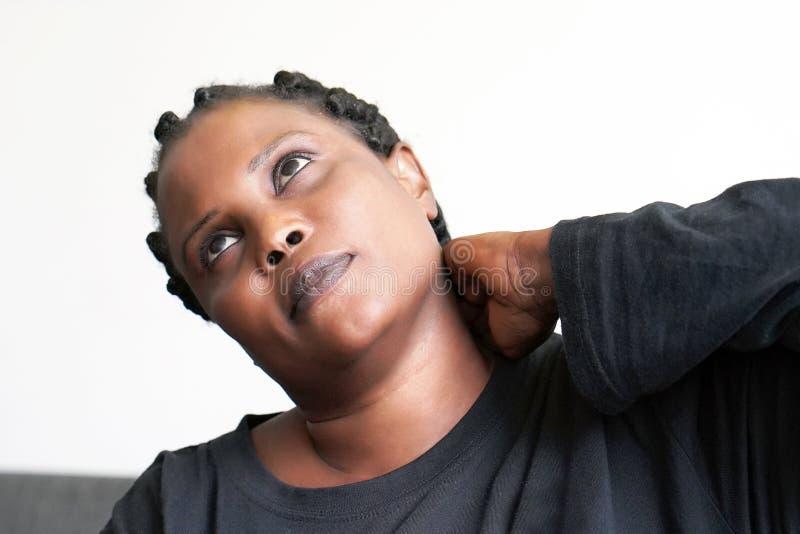 Dor no pescoço de uma mulher da fadiga imagens de stock royalty free