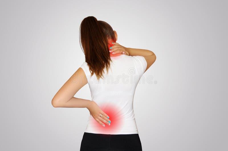 Dor no pescoço e na parte traseira Uma jovem mulher sofre da dor no pescoço e na parte traseira Osteoporose da espinha scoliosis  imagens de stock royalty free
