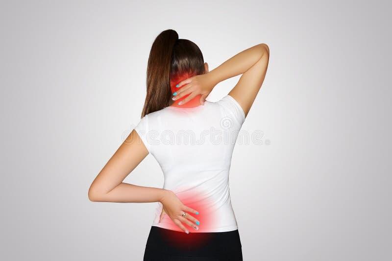 Dor no pescoço e na parte traseira Uma jovem mulher sofre da dor no pescoço e na parte traseira Osteoporose da espinha scoliosis  fotografia de stock