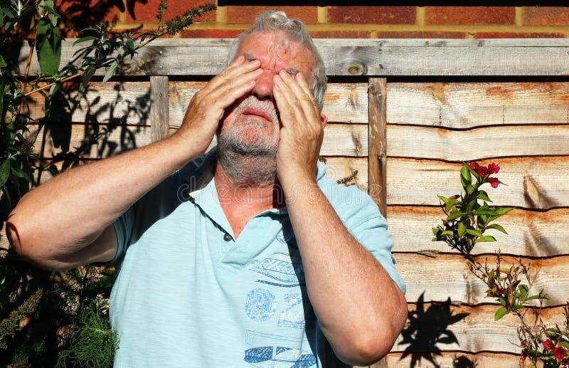 Dor ou dor nos olhos Problemas com visão fotografia de stock
