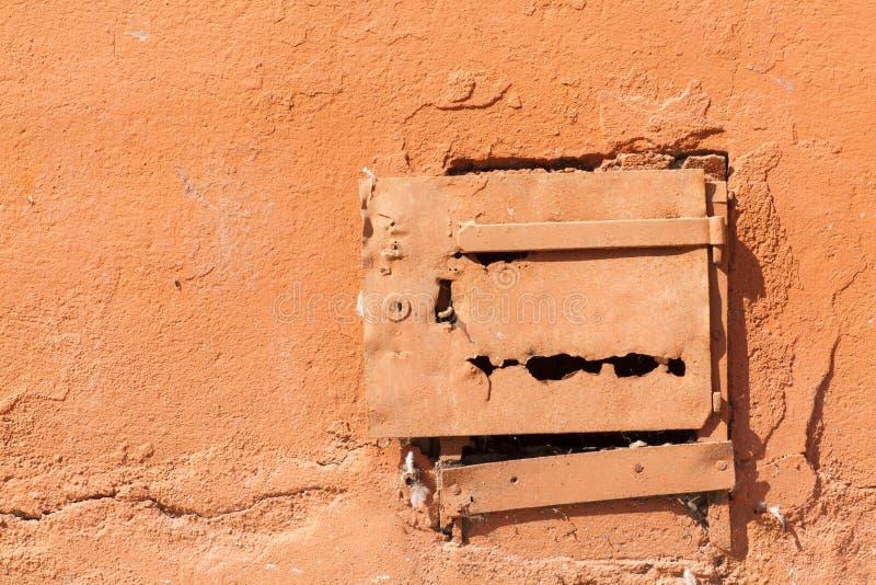 Dor viejo del metal en la pared imagen de archivo libre de regalías