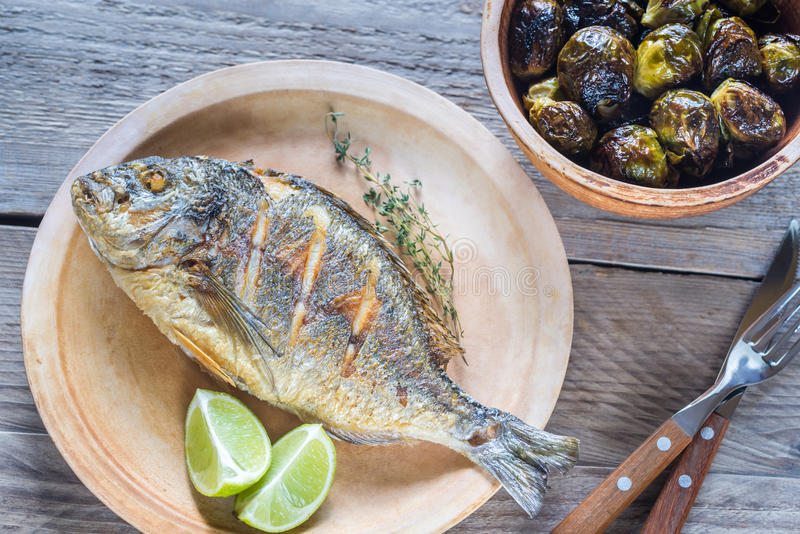 Dorade arrostito Royale Fish con i cavoletti di Bruxelles immagini stock