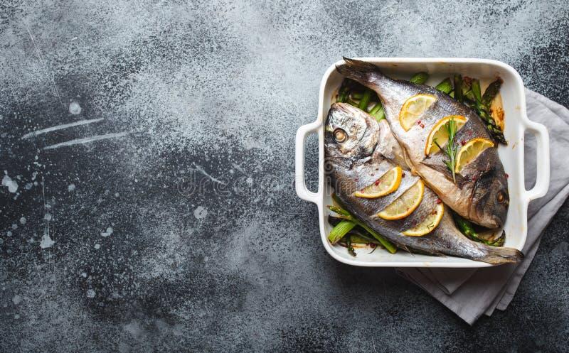 Dorado ψαριών που ψήνεται με το σπαράγγι στοκ φωτογραφία με δικαίωμα ελεύθερης χρήσης
