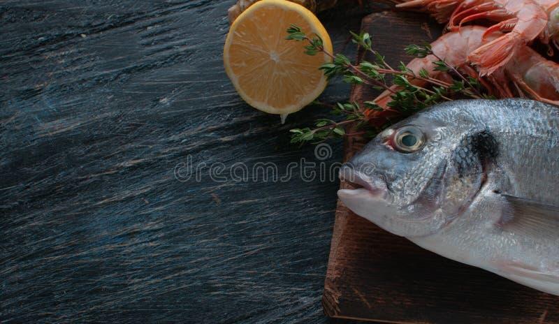 Dorado fresco del pesce di mare con le ostriche e gamberetto e verdure fotografia stock