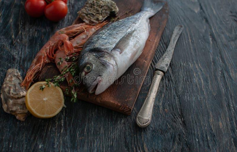 Dorado fresco del pesce di mare con le ostriche e gamberetto e verdure immagini stock