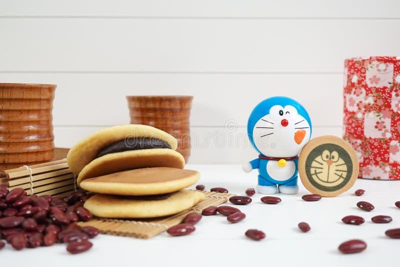 Doraemon και ιαπωνικό γλυκό Dorayaki με τα κόκκινα φασόλια που συντρίβονται μέσα στοκ εικόνες