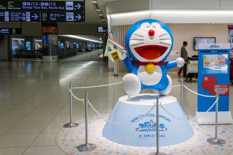 Doraemon modela funcionamientos en el aeropuerto internacional de Chitose adentro fotos de archivo
