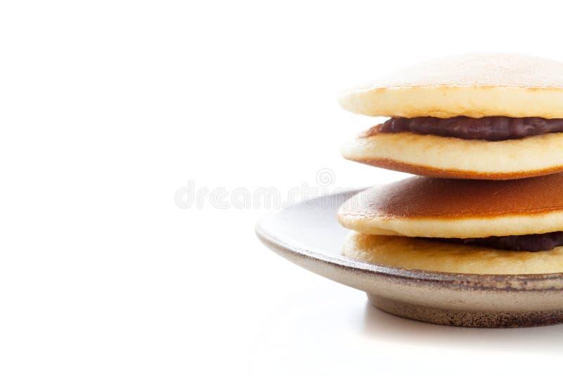 Dorayaki su fondo bianco, pancake giapponese del fagiolo rosso immagini stock