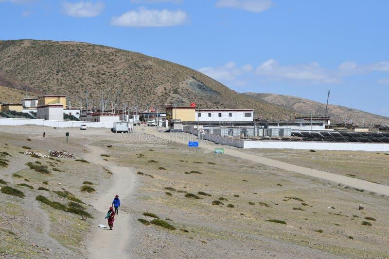 Dorchen, T?bet, China, junio, 18, 2018 Los tibetanos salieron de la ciudad de Dorchen que hacía parikrama alrededor del soporte K foto de archivo libre de regalías