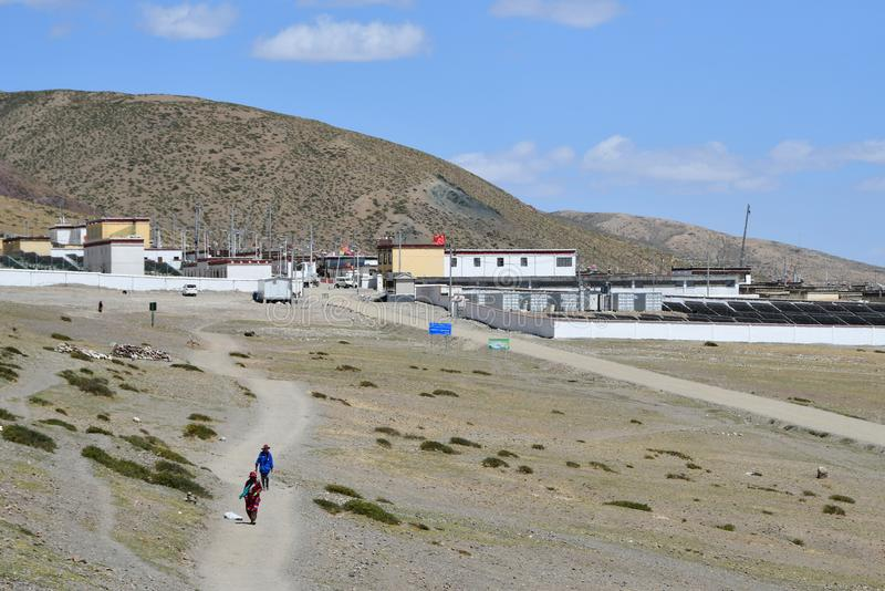Dorchen Tibet, Kina, Juni, 18, 2018 Tibetans lämnade staden av Dorchen framställning parikrama runt om monteringen Kailas royaltyfri foto