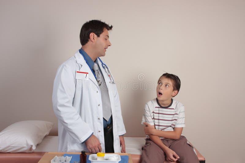 Dorctor que fala com paciente imagens de stock royalty free