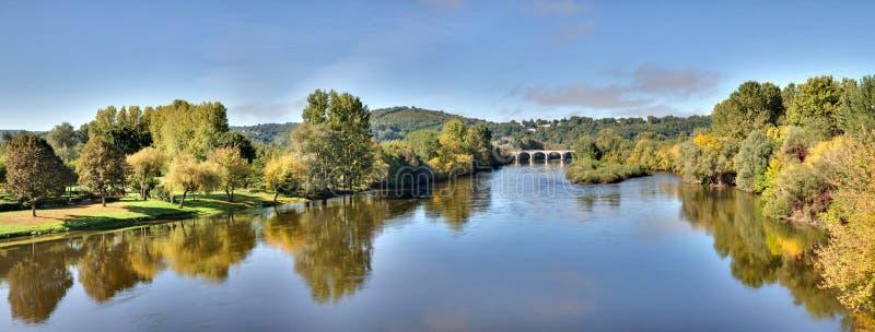 Dordogne flod nära `-Le Bugue ` - Dordogne - Frankrike royaltyfri foto