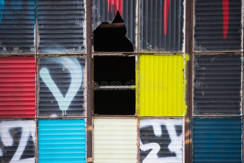Dores quebradas artísticas coloridas da janela fotografia de stock