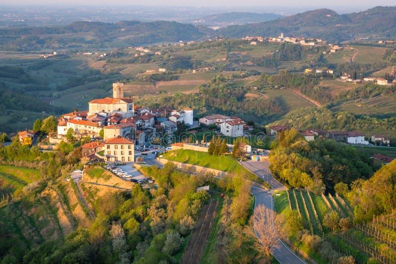 Dorf Åmartno zwischen Weinbergen in der Weinregion Brda in Slowenien lizenzfreies stockbild