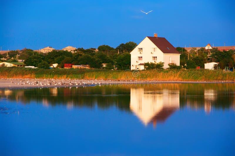 Dorf auf Ufer von See stockbilder