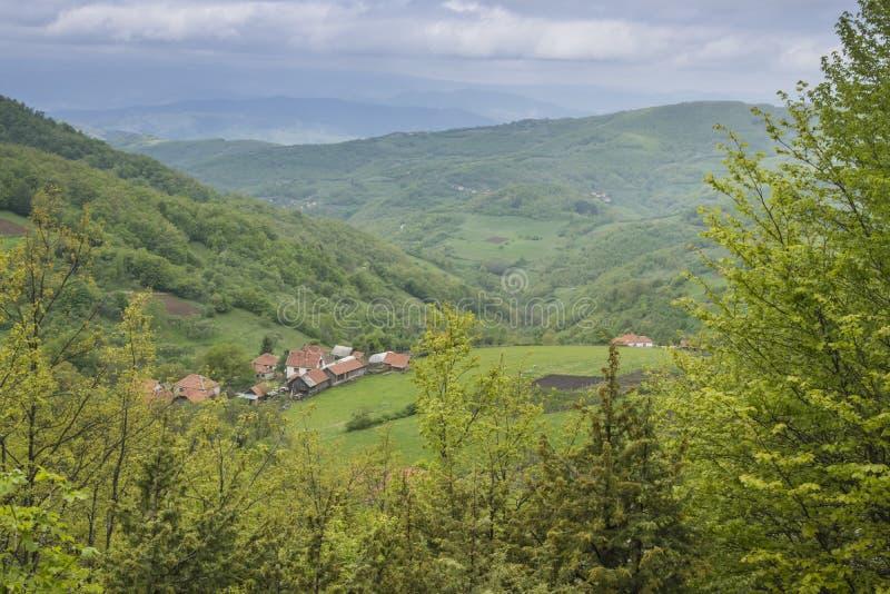 Dorf am Berg lizenzfreies stockfoto