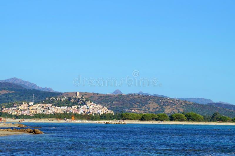 Dorf in den Bergen nahe einem Strand lizenzfreies stockfoto