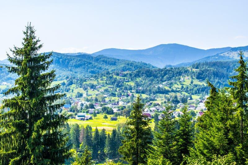 Dorf in den Hügeln lizenzfreie stockfotografie
