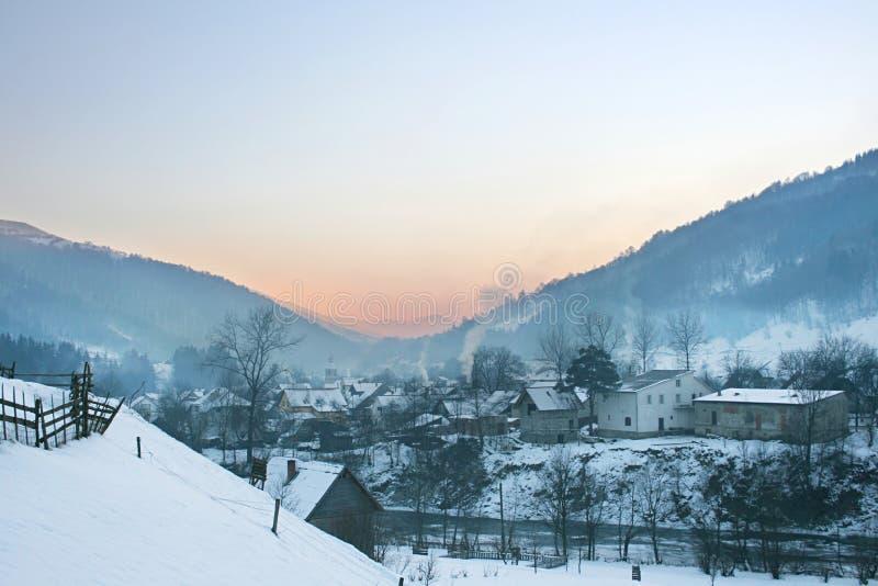 Dorf in den Karpatenbergen lizenzfreie stockfotografie