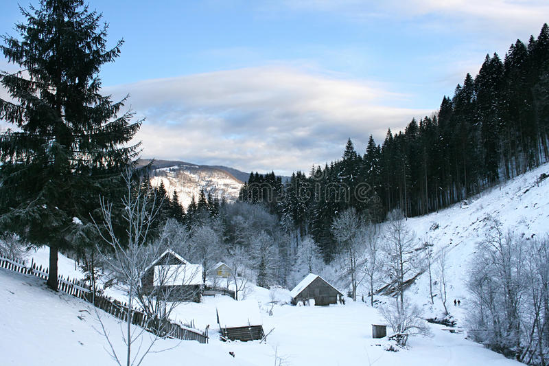 Dorf in den Karpatenbergen stockfotografie