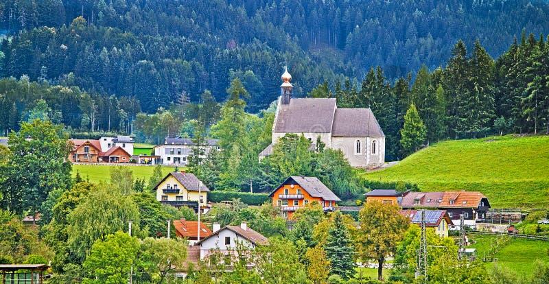 Dorf in der österreichischen Landschaft lizenzfreies stockbild