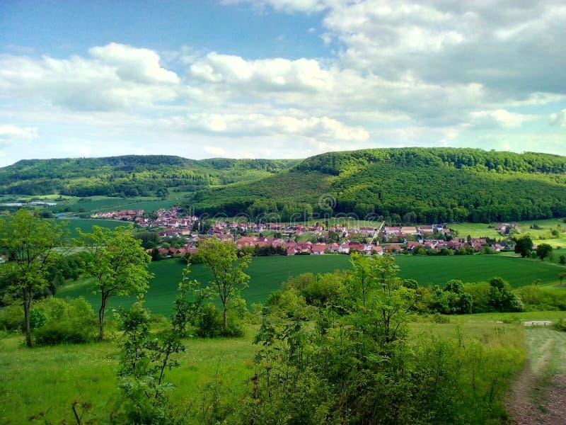 Dorf in der Natur stockbilder