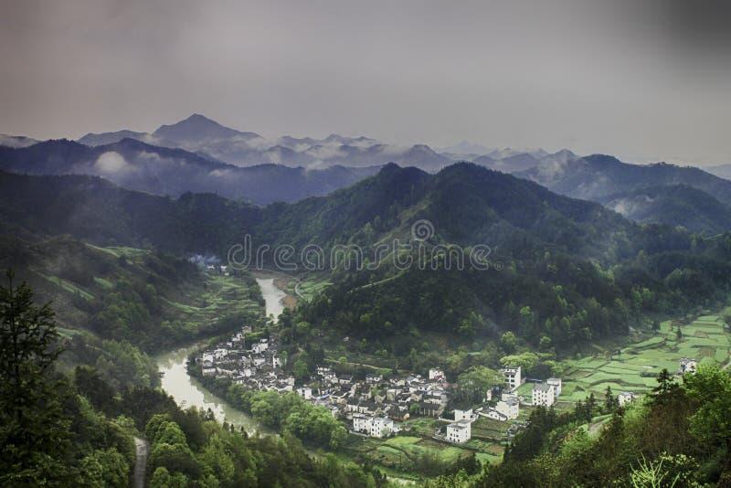 Dorf in einem River Valley lizenzfreies stockfoto