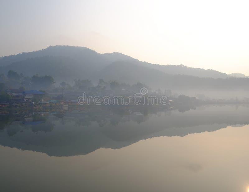 Dorf im Nebel lizenzfreie stockfotos