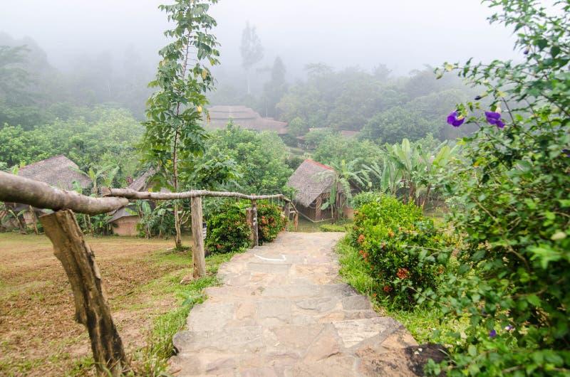 Dorf im Nebel im Winter stockbild