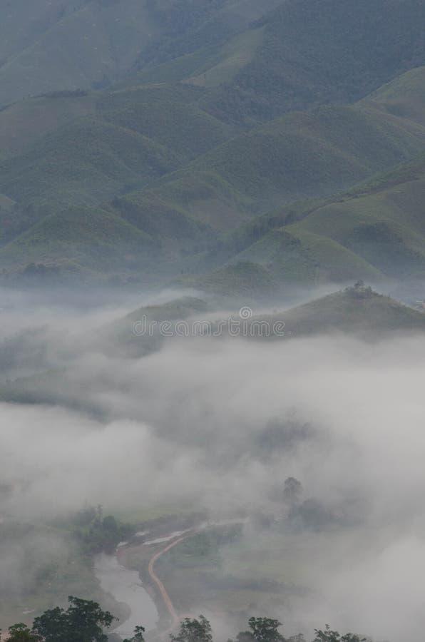 Dorf im Nebel im Winter lizenzfreie stockbilder