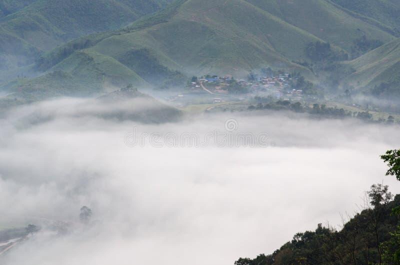 Dorf im Nebel im Winter lizenzfreies stockbild