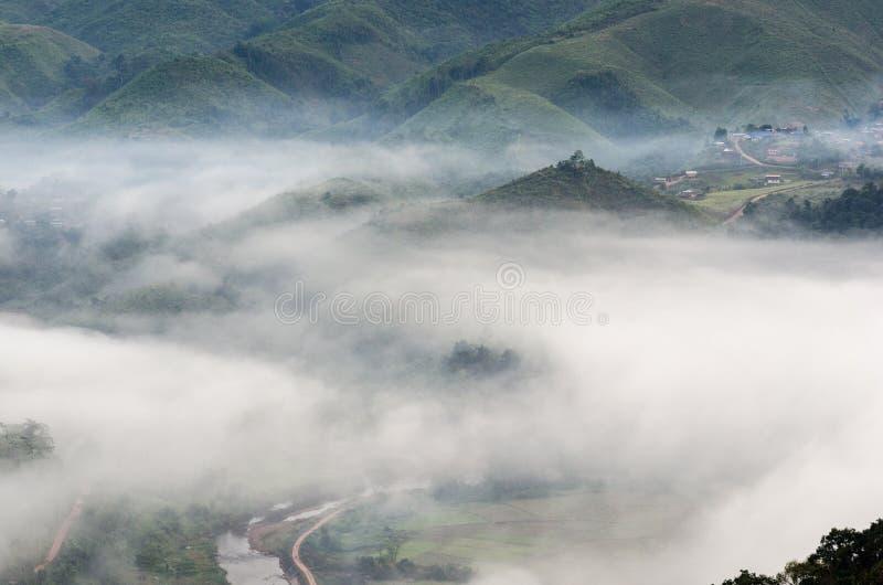 Dorf im Nebel im Winter stockbilder