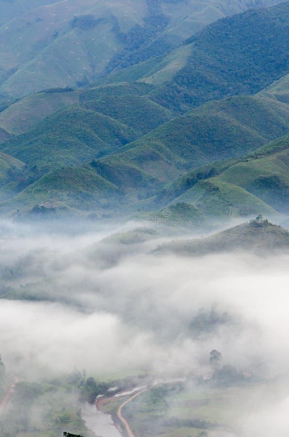 Dorf im Nebel im Winter stockfoto